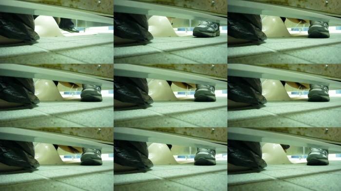下撮り専門 潜入撮!女子便所を下からノゾク Vol.03-04